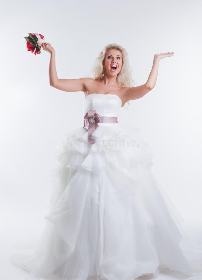 Εύθυμη πρότυπη τοποθέτηση στο κομψό γαμήλιο φόρεμα στοκ φωτογραφίες με δικαίωμα ελεύθερης χρήσης