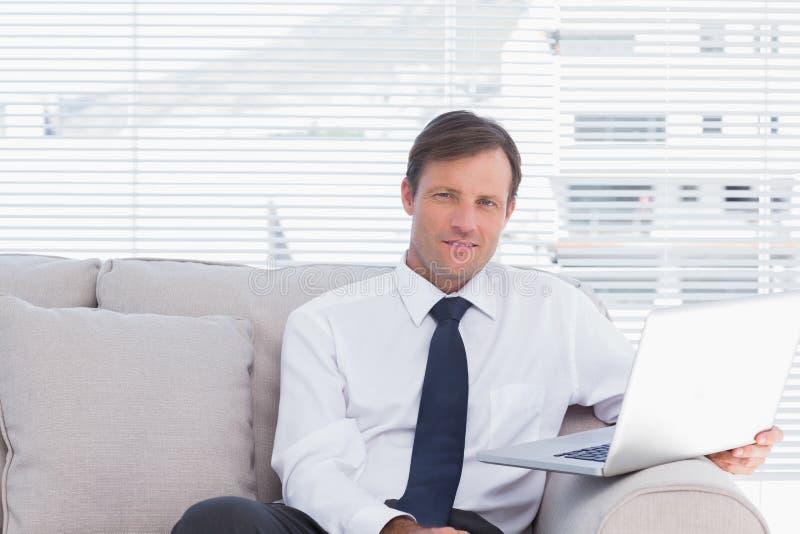 Εύθυμη συνεδρίαση επιχειρηματιών στον καναπέ στοκ φωτογραφία με δικαίωμα ελεύθερης χρήσης