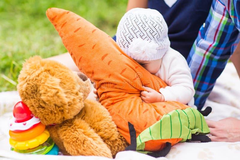Εύθυμη φύση Σαββατοκύριακου πικ-νίκ χαμόγελου μωρών στοκ εικόνες