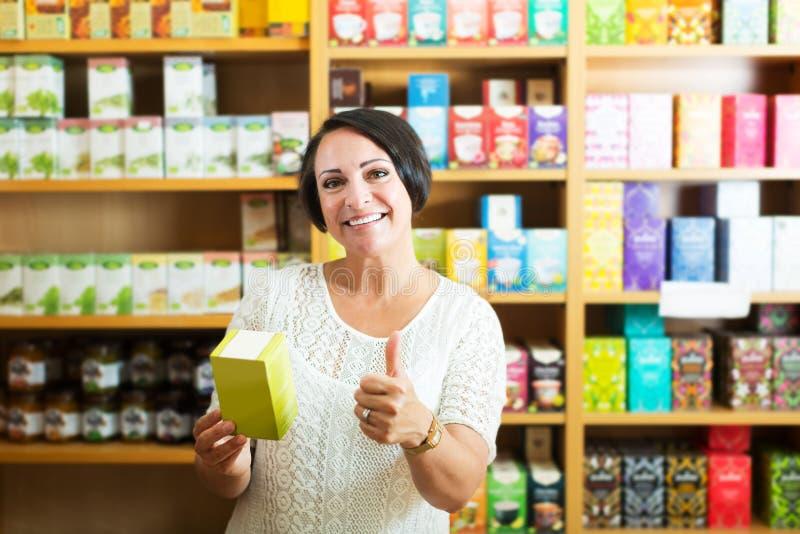 Εύθυμη ώριμη γυναίκα στο κατάστημα στοκ φωτογραφία
