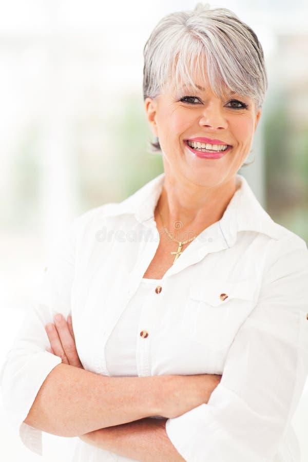 Εύθυμη ώριμη γυναίκα στοκ φωτογραφία