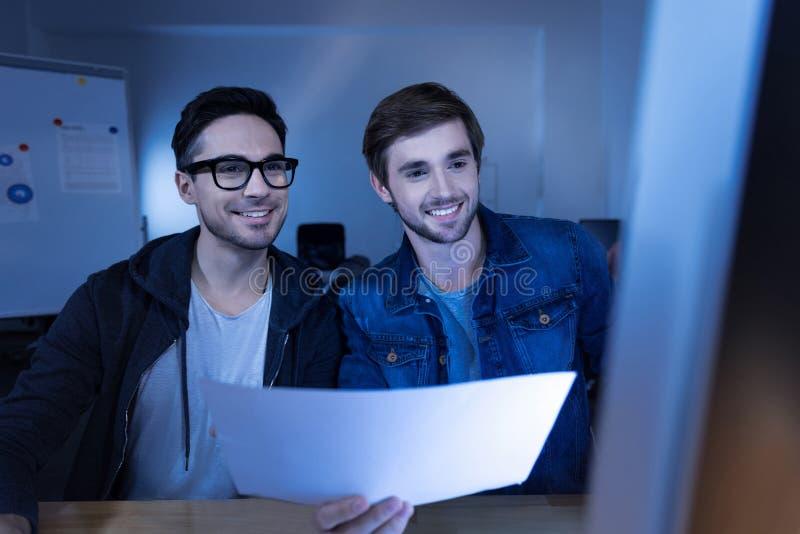 Εύθυμοι έξυπνοι χάκερ που διαπράττουν ένα έγκλημα cyber στοκ φωτογραφίες με δικαίωμα ελεύθερης χρήσης
