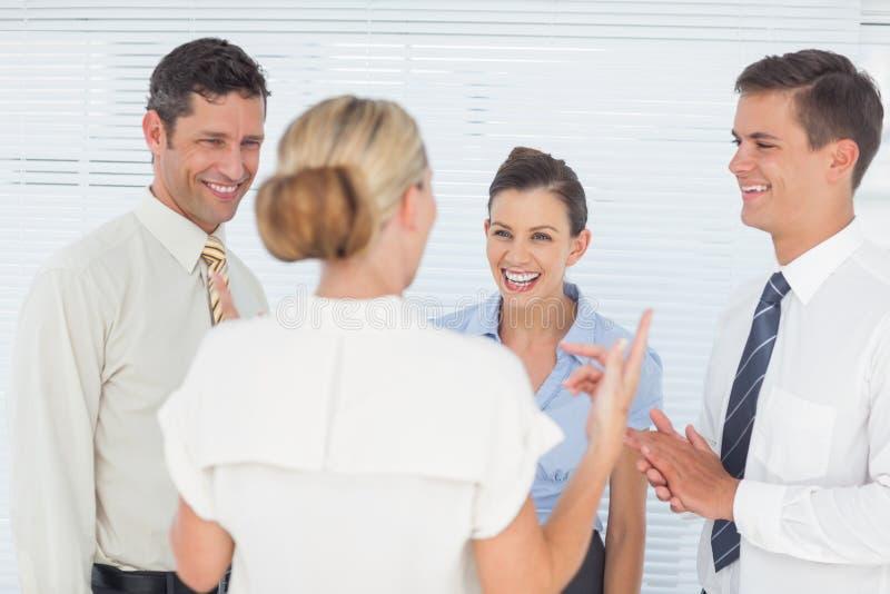 Εύθυμοι συνάδελφοι που έχουν ένα κενό από κοινού στοκ φωτογραφία με δικαίωμα ελεύθερης χρήσης