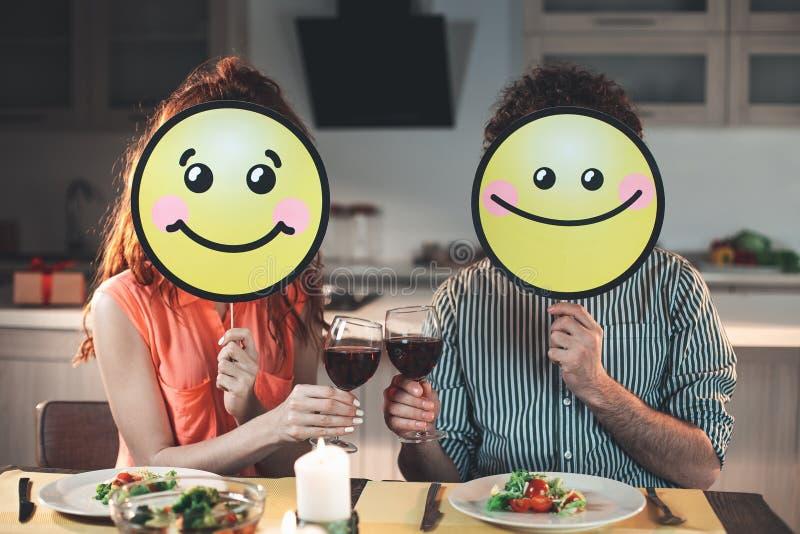 Εύθυμοι σύζυγος και σύζυγος που χαμογελούν κατά τη διάρκεια του ρομαντικού γεύματος στοκ εικόνες