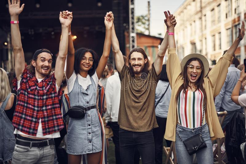 Εύθυμοι φίλοι hipster που αυξάνουν τα χέρια και το χαμόγελο στοκ φωτογραφίες με δικαίωμα ελεύθερης χρήσης