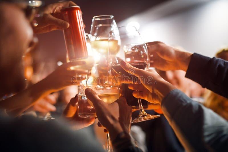 Εύθυμοι φίλοι που τα γυαλιά επάνω από τον πίνακα γευμάτων Οινόπνευμα και θέμα ψησίματος, κομμάτων και εορτασμού Συγχαρητήρια στοκ εικόνες