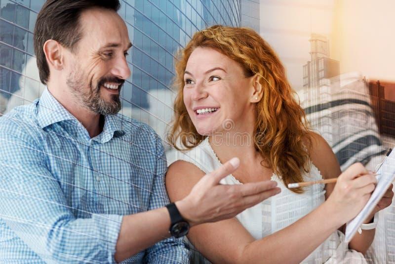 Εύθυμοι χαμογελώντας άνθρωποι που είναι ευτυχείς μετά από να τελειώσει ένα σημαντικό πρόγραμμα στοκ εικόνες