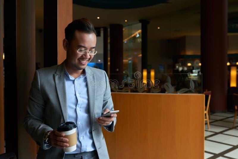 Εύθυμοι texting φίλοι επιχειρηματιών στοκ εικόνα με δικαίωμα ελεύθερης χρήσης