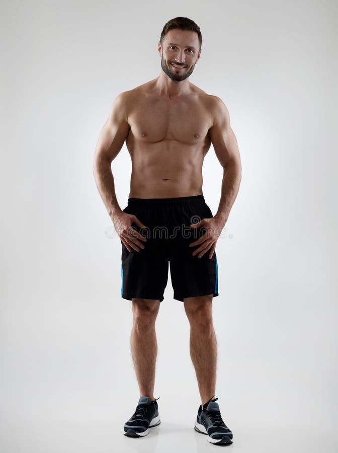 Εύθυμος αθλητικός τύπος γυμνοστήθων στοκ φωτογραφίες