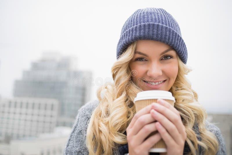 Εύθυμος αρκετά ξανθός έχοντας τον καφέ υπαίθρια στοκ εικόνα