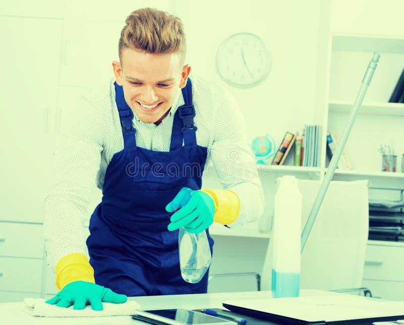Εύθυμος αρσενικός janitor που κάνει τον καθαρισμό στοκ εικόνες