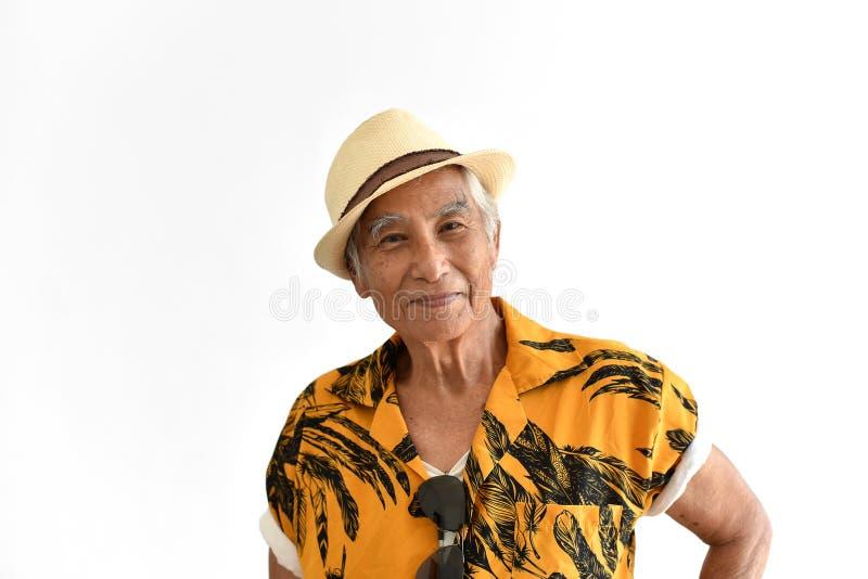 Εύθυμος ασιατικός ανώτερος ηληκιωμένος, βέβαιοι και χαμογελώντας ηλικιωμένοι άνθρωποι στο ζωηρόχρωμο πουκάμισο της Χαβάης στοκ εικόνες με δικαίωμα ελεύθερης χρήσης