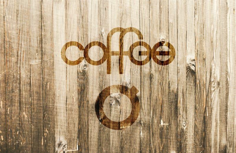 Εύθυμος γράφοντας καφές με ένα απλό τυποποιημένο φλυτζάνι καφέ στο ξύλινο υπόβαθρο στοκ φωτογραφία με δικαίωμα ελεύθερης χρήσης
