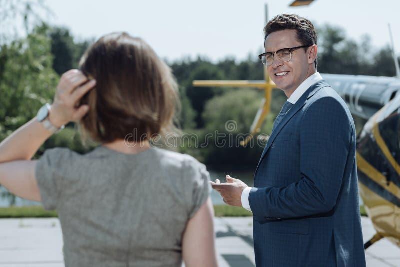 Εύθυμος επιχειρηματίας που μιλά στο συνάδελφο helipad στοκ εικόνες