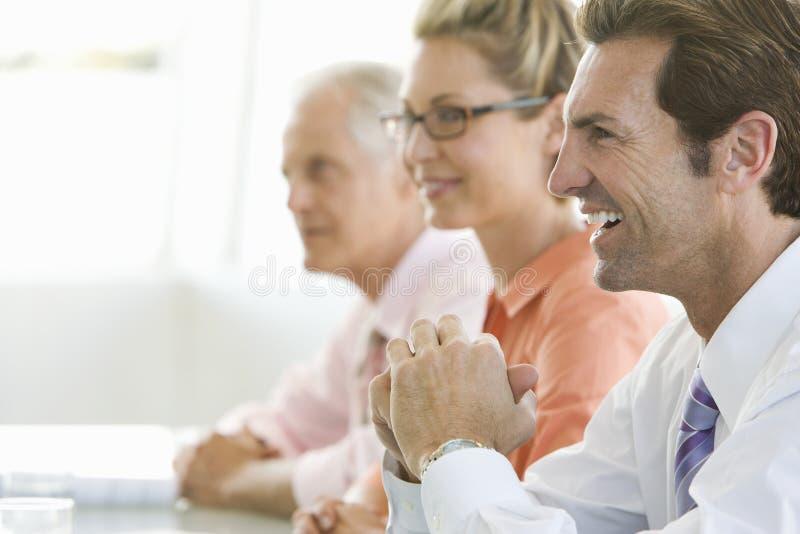 Εύθυμος επιχειρηματίας στη αίθουσα συνδιαλέξεων στοκ εικόνα με δικαίωμα ελεύθερης χρήσης