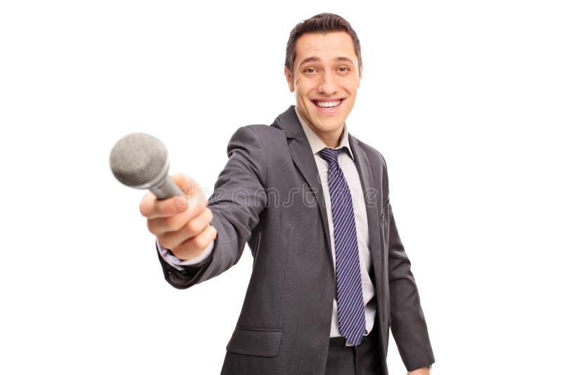 Εύθυμος ερευνητής που κρατά ένα μικρόφωνο στοκ εικόνα
