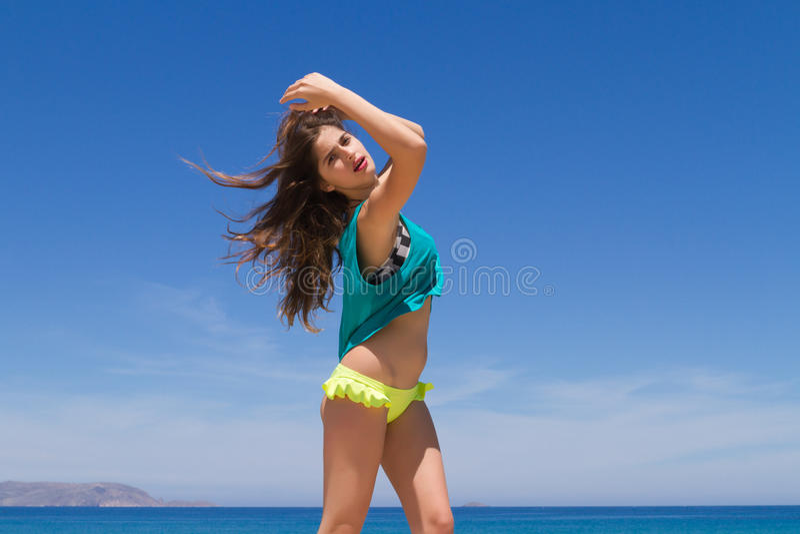 Εύθυμος εφηβικός Brunette σε beachwear απολαμβάνει στοκ εικόνα με δικαίωμα ελεύθερης χρήσης