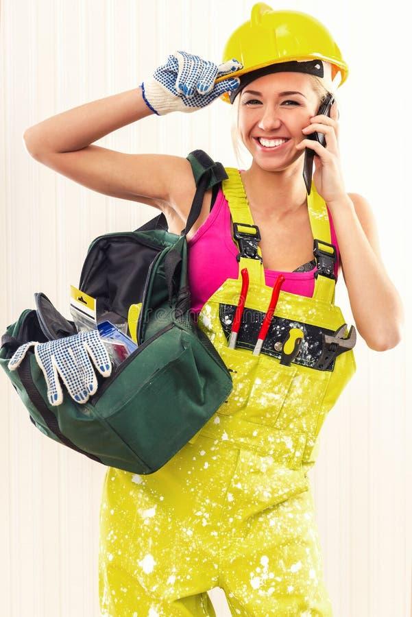 Εύθυμος θηλυκός εργάτης οικοδομών στοκ φωτογραφίες