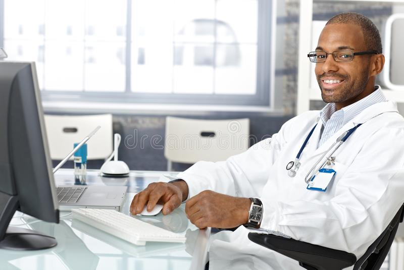 Εύθυμος ιατρός παθολόγος στοκ φωτογραφίες