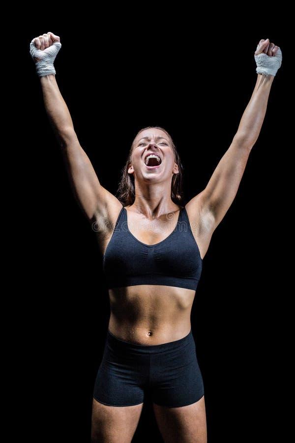 Εύθυμος κερδίζοντας αθλητής στο μαύρο κλίμα στοκ φωτογραφία