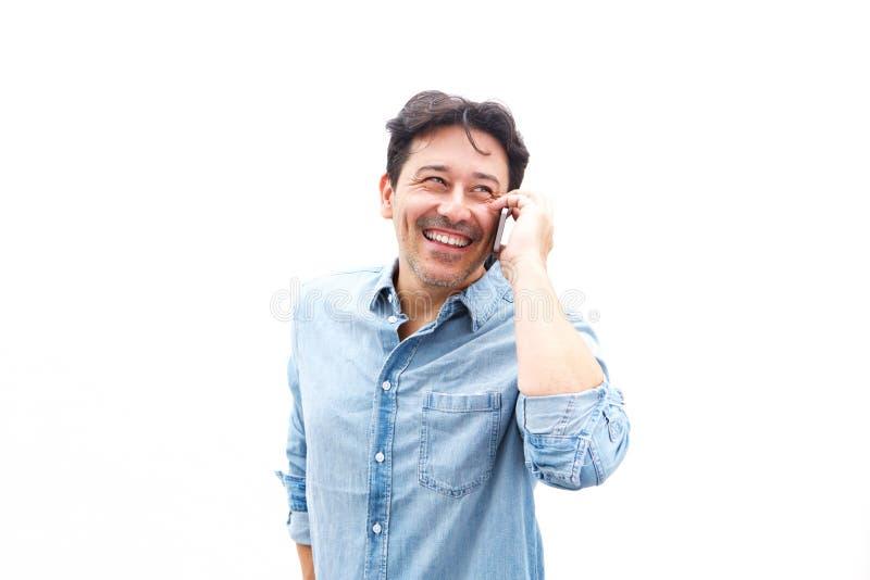 Εύθυμος μέσος ηλικίας τύπος που μιλά στο τηλέφωνο κυττάρων στοκ εικόνες με δικαίωμα ελεύθερης χρήσης