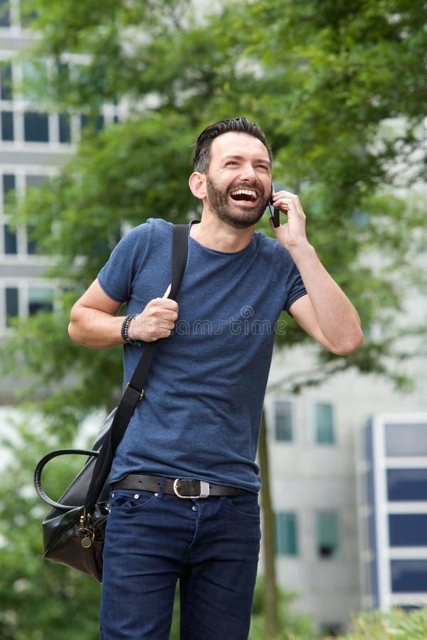 Εύθυμος μέσος ηλικίας τύπος που μιλά στο κινητό τηλέφωνο στοκ εικόνες