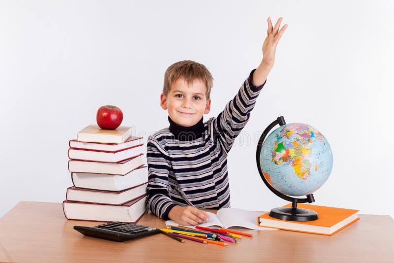 Εύθυμος μαθητής έτοιμος να απαντήσει στην ερώτηση στοκ φωτογραφία