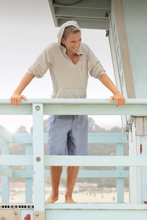 Εύθυμος νεαρός άνδρας στην παραλία στοκ φωτογραφία με δικαίωμα ελεύθερης χρήσης