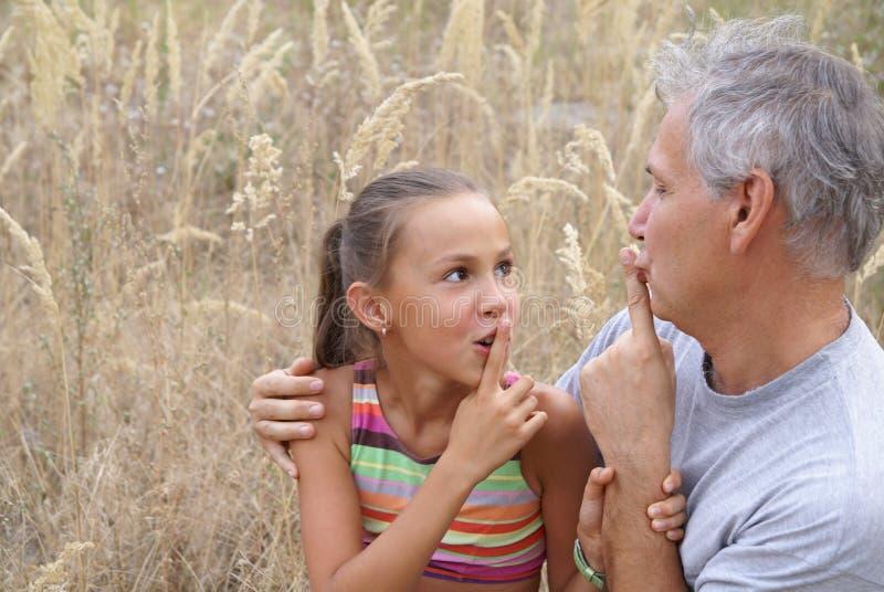 εύθυμος πατέρας κορών στοκ εικόνες με δικαίωμα ελεύθερης χρήσης