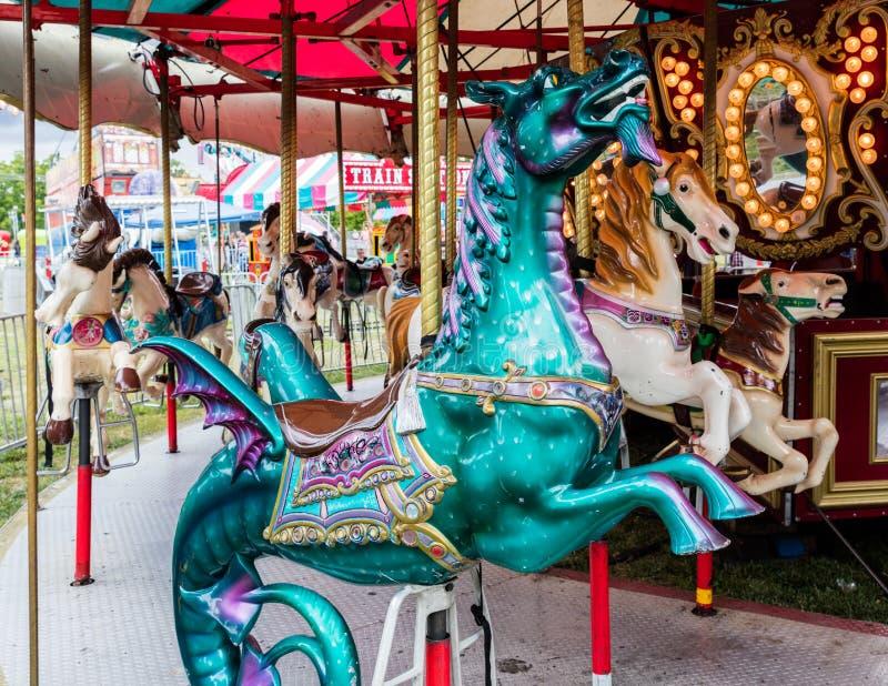 Εύθυμος πηγαίνετε γύρω από το άλογο και το δράκο στοκ εικόνες με δικαίωμα ελεύθερης χρήσης