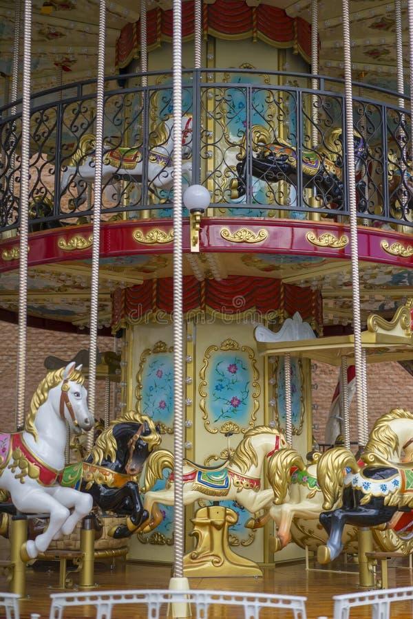 εύθυμος-πηγαίνω-γύρω από, όμορφο παιχνίδι για τα παιδιά με τα ζωηρόχρωμα άλογα στοκ φωτογραφία με δικαίωμα ελεύθερης χρήσης