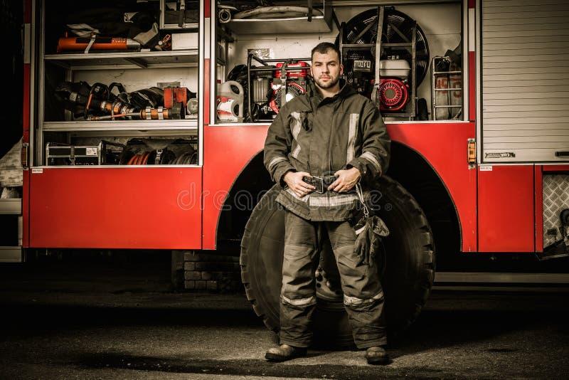 Εύθυμος πυροσβέστης κοντά στο φορτηγό στοκ εικόνες με δικαίωμα ελεύθερης χρήσης