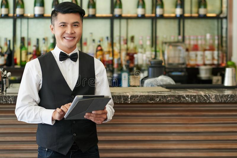 εύθυμος σερβιτόρος στοκ εικόνα