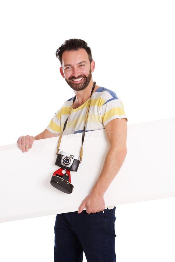 Εύθυμος φωτογράφος με τον κενό πίνακα διαφημίσεων στοκ εικόνες