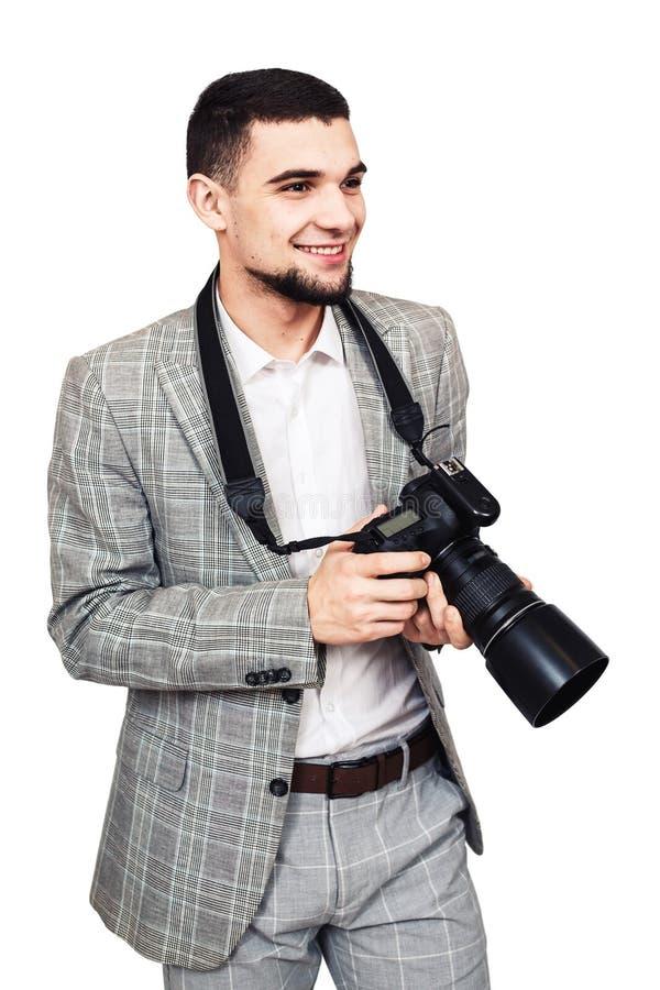 εύθυμος φωτογράφος μοντέρνος νέος γενειοφόρος τύπος με τη ψηφιακή κάμερα στα χέρια του στοκ εικόνα με δικαίωμα ελεύθερης χρήσης