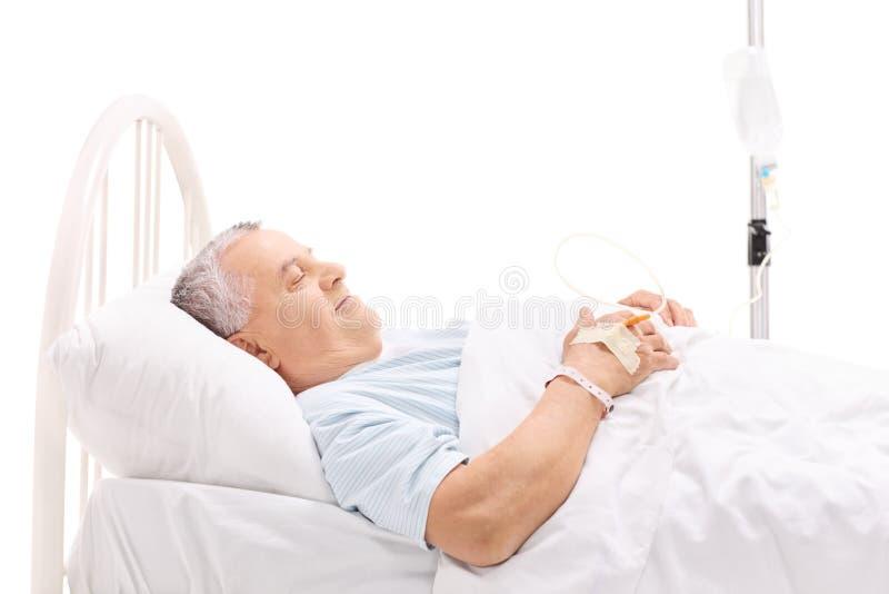 Εύθυμος ώριμος ασθενής που βρίσκεται σε ένα νοσοκομειακό κρεβάτι στοκ εικόνες με δικαίωμα ελεύθερης χρήσης