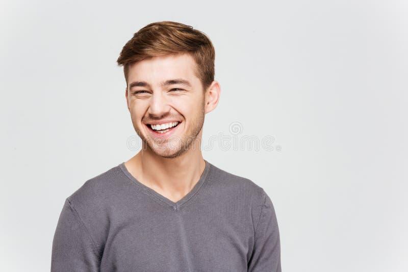 Εύθυμος attrative νεαρός άνδρας στο γκρίζο πουλόβερ στοκ φωτογραφία με δικαίωμα ελεύθερης χρήσης
