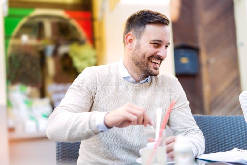 Εύθυμο άτομο με το φλυτζάνι καφέ στοκ εικόνα με δικαίωμα ελεύθερης χρήσης