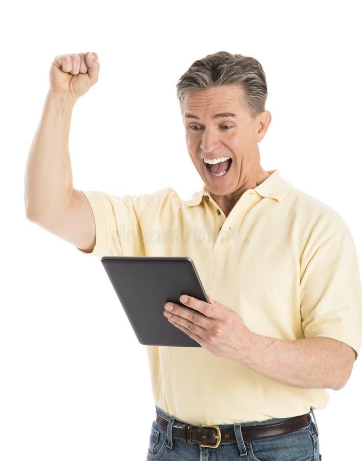 Εύθυμο άτομο που φωνάζει εξετάζοντας την ψηφιακή ταμπλέτα στοκ φωτογραφία με δικαίωμα ελεύθερης χρήσης
