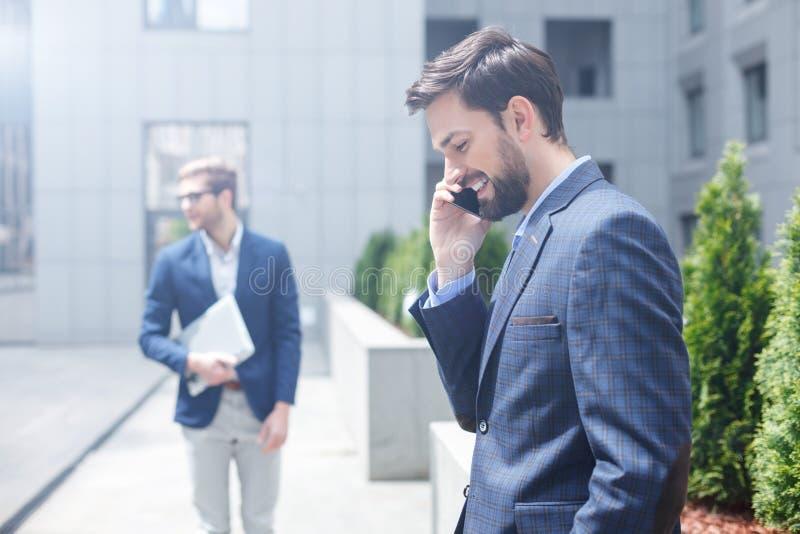 Εύθυμο άτομο που χρησιμοποιεί τη σύγχρονη τεχνολογία για την επικοινωνία στοκ φωτογραφία