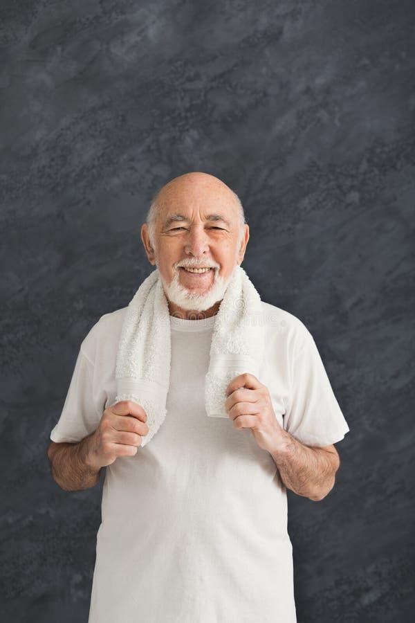 Εύθυμο ανώτερο άτομο sportswear με την πετσέτα στοκ εικόνα με δικαίωμα ελεύθερης χρήσης