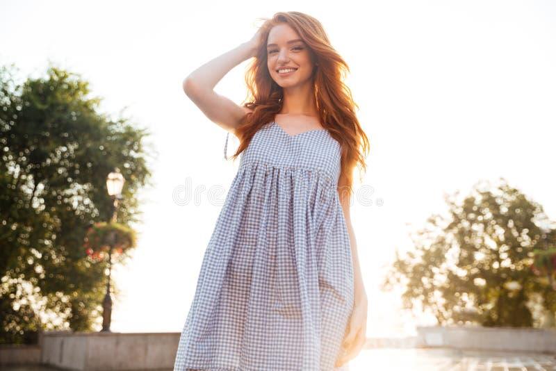Εύθυμο αρκετά νέο redhead κορίτσι με τη μακρυμάλλη τοποθέτηση στοκ εικόνα