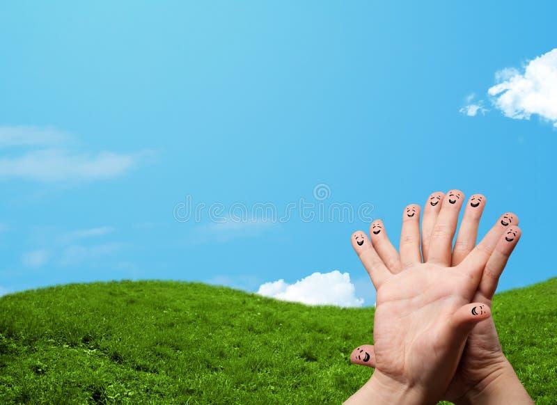 Εύθυμο δάχτυλο smileys με το τοπίο τοπίων στο υπόβαθρο στοκ εικόνα με δικαίωμα ελεύθερης χρήσης