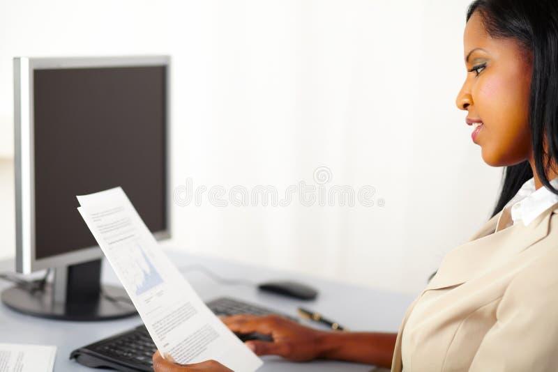 εύθυμο εκτελεστικό κοίταγμα εγγράφων στοκ φωτογραφίες