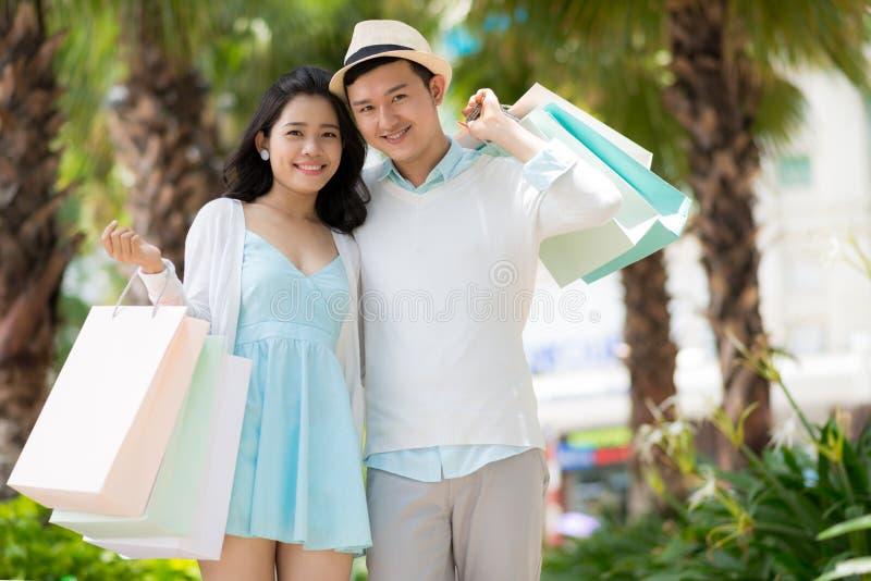 Εύθυμο ζεύγος με τις τσάντες εγγράφου στοκ φωτογραφία με δικαίωμα ελεύθερης χρήσης