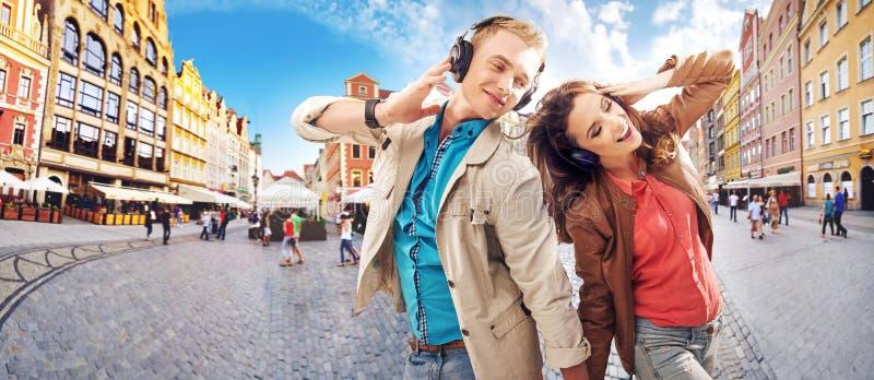Εύθυμο ζεύγος που ακούει τη μουσική στοκ φωτογραφία με δικαίωμα ελεύθερης χρήσης
