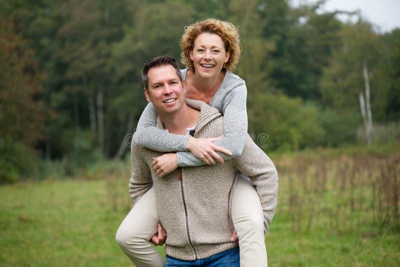 Εύθυμο ζεύγος που απολαμβάνει τη ζωή υπαίθρια στοκ εικόνα