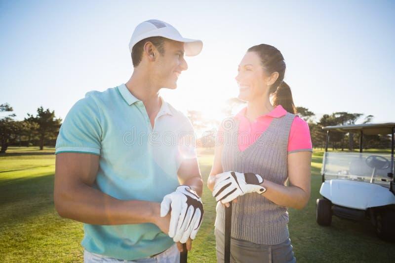 Εύθυμο ζεύγος φορέων γκολφ στοκ εικόνες