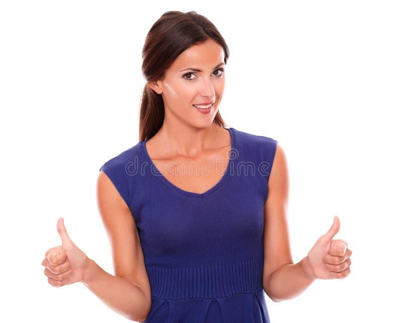 Εύθυμο θηλυκό χαμόγελο με τους αντίχειρες επάνω στοκ εικόνες