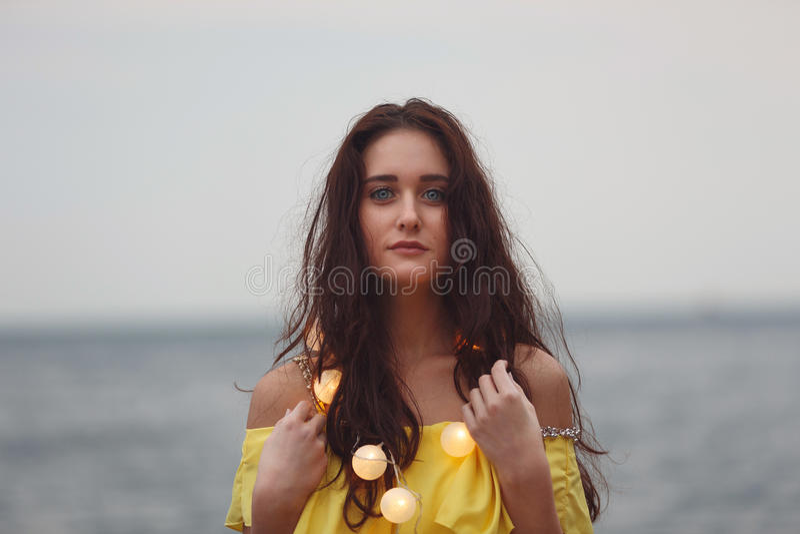 Εύθυμο κορίτσι με τις γιρλάντες στοκ φωτογραφία